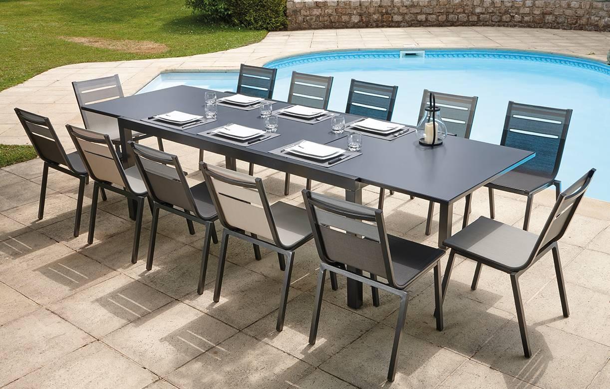 Table de jardin grise à rallonge et 12 chaises empilables